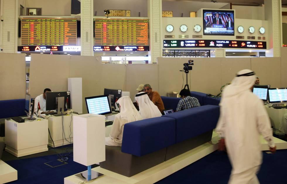 Monitores muestran el triunfo de Trump en el mercado financiero de Dubai.