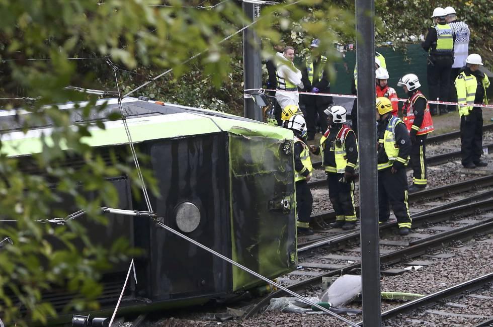 Los equipos de emergencia, junto al tren que ha descarrilado este miércoles en Londres