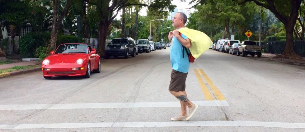 Pedro Muñoz atravessando uma rua de Miami Beach.