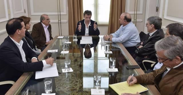 Santos, reunido con parte del equipo negociador en Bogotá.