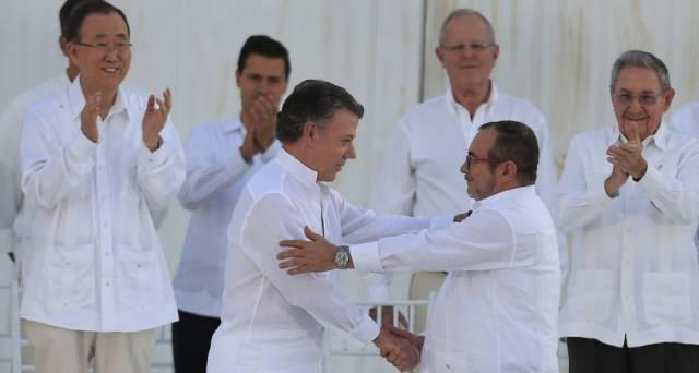 Santos y Timochenko, tras firmar el primer acuerdo de paz en septiembre.
