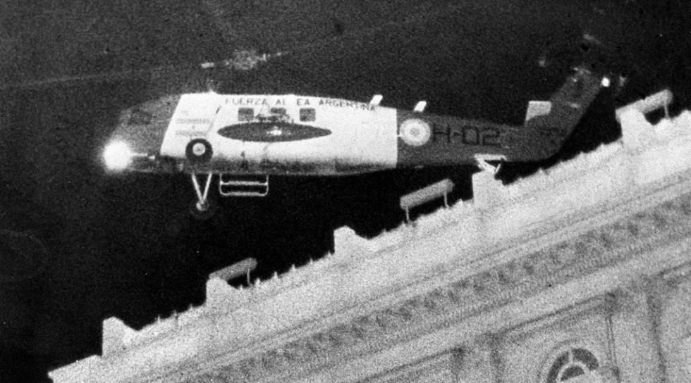 El helicóptero que traslada a Isabelita Perón tras el golpe militar despega desde el helipuerto de la Casa Rosada, el 24 de marzo de 1976.