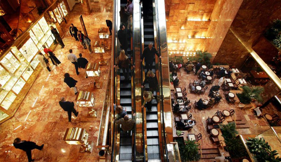 El interior de la Trump Tower en Manhattan, Nueva York.