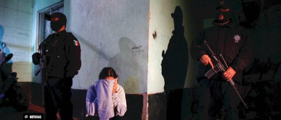 Una mujer sometida por policías en México.