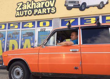 En la ciudad de los Ferrari, este hombre vende recambios de Lada