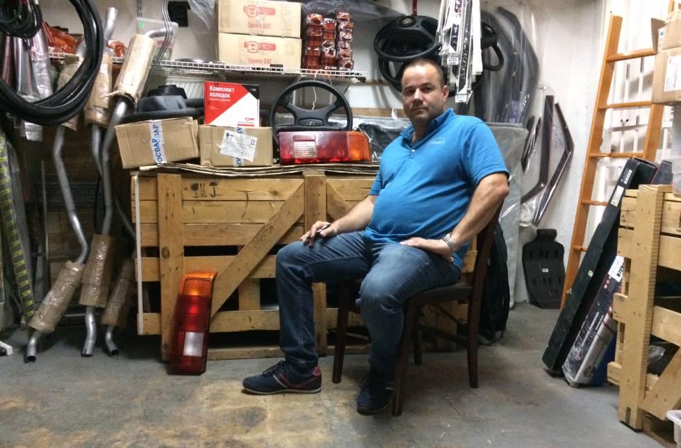 Zakharov en su tienda de recambios.