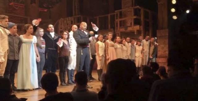 El actor Brandon Victor Dixon y el elenco de 'Hamilton' lanza un mensaje a Trump y Pence, presente en la representación en Nueva York el viernes.