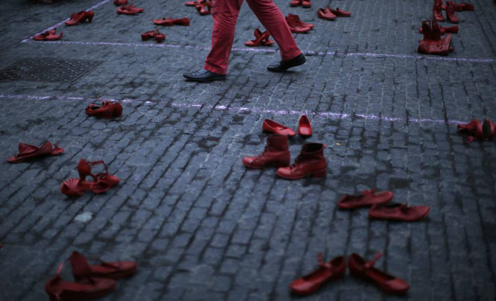 Un hombre camina entre zapatos femeninos en una protesta contra la violencia machista en Barcelona (España), este lunes.