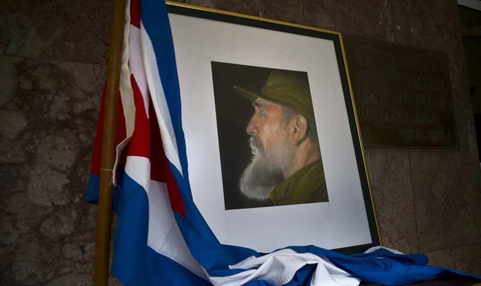 Un retrato de Fidel Castro junto a la bandera en el Ministerio de Interior en La Havana.