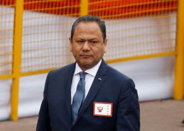 Dimite el ministro de Defensa de Perú por tener de asesora a su pareja