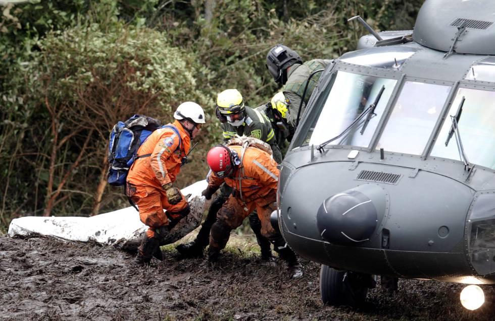 Las autoridades colombianas retiran los cuerpos tras el accidente de avión.