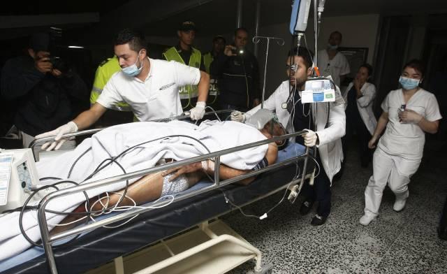 Miembros de la Clínica San Juan de Dios atienden al jugador del equipo brasileño Chapecoense Alan Ruschel.