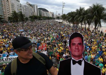 Brazilians take to the streets to protest corruption