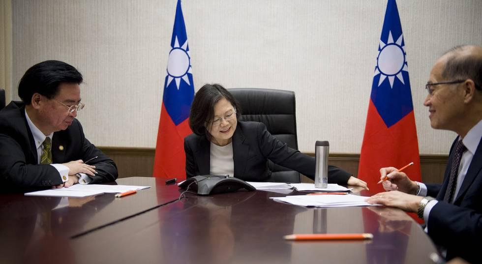 La presidenta de Taiwán, Tsai Ing-wen, durante la llamada con Trump