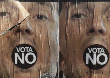 Carteles por el 'no' en el referéndum muestran el rostro de Matteo Renzi  en Roma (Italia), este lunes.