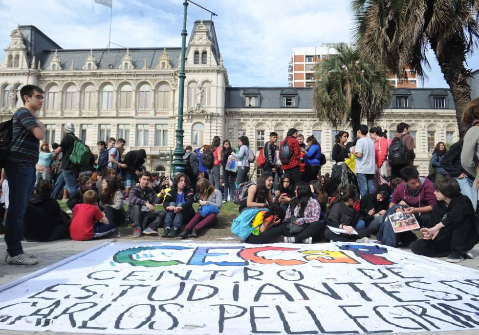 Protesta de estudiantes secundarios frente al ministerio de Educación en Buenos Aires.