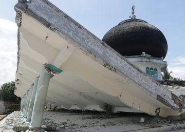 Al menos 97 muertos en un terremoto en Indonesia