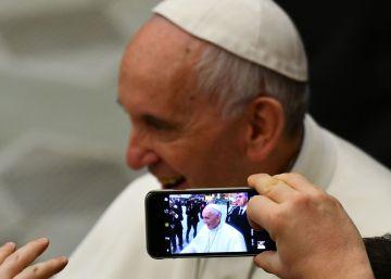 El Papa compara consumir noticias falsas con comer heces