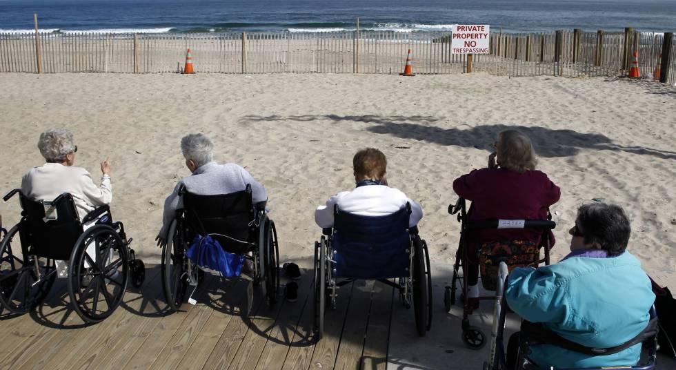 Varias mujeres observan el mar desde una residencia de mayores en Nueva Jersey.