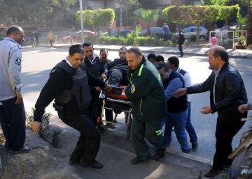 Seis policías mueren al explotar una bomba en la avenida de las pirámides de El Cairo