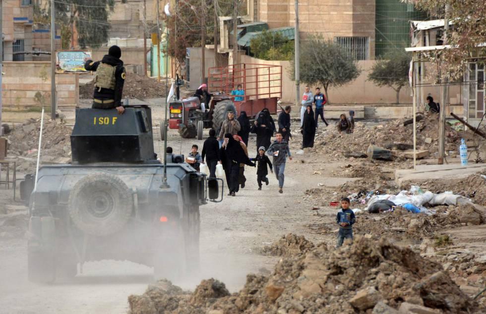 Un miembro de las fuerzas iraquíes entra en un barrio de Mosul (Irak).