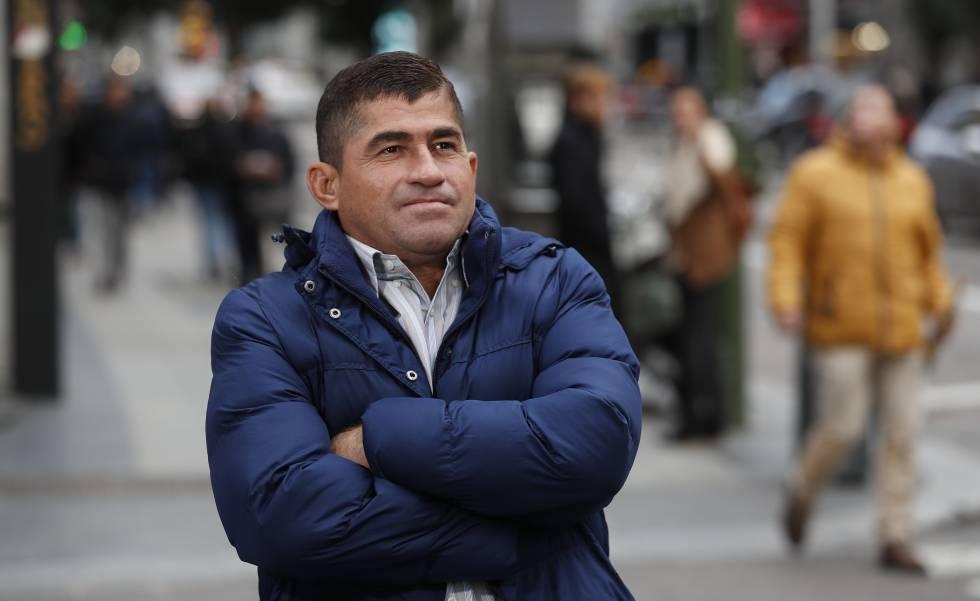 Salvador Alvarenga en la Gran Vía de Madrid antes de la entrevista.