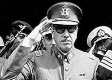 Agusto Pinochet, en el centro