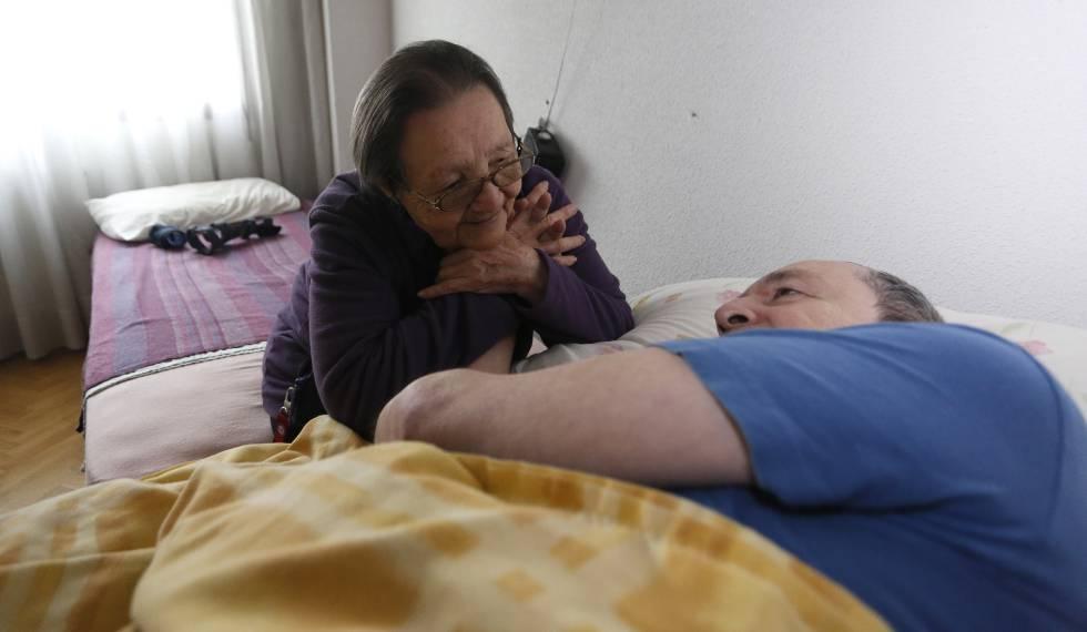 Blanca, con su hijo enfermo al que cuida, en Torrejón de Ardoz.