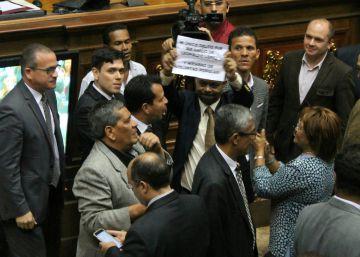 La oposición venezolana apuesta por la condena simbólica a Maduro ante la crisis