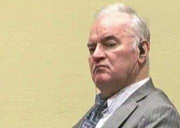 Mladic lee la prensa en el cierre del juicio en su contra por genocidio