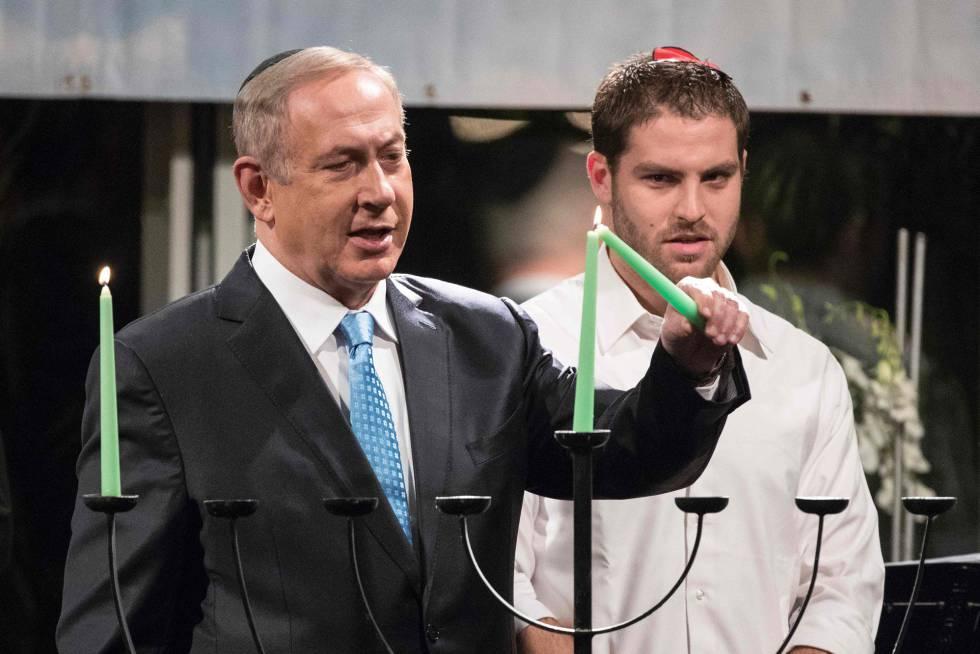 Netanyahu acende uma vela do candelabro da festa de Chanucá.