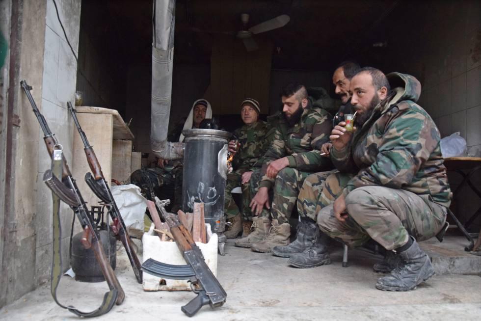 Soldados sirios se toman un descanso en Alepo este viernes.