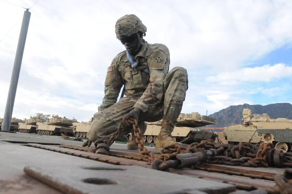 Un soldado asegura el equipamiento para viajar a Europa en Fort Carson.