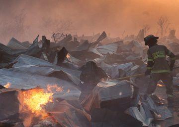 Un gigantesco incendio en el puerto chileno de Valparaíso deja un centenar de casas quemadas