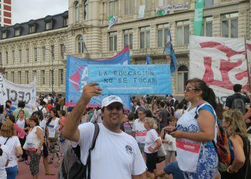 Los maestros argentinos ocupan el ministerio de Educación por despidos