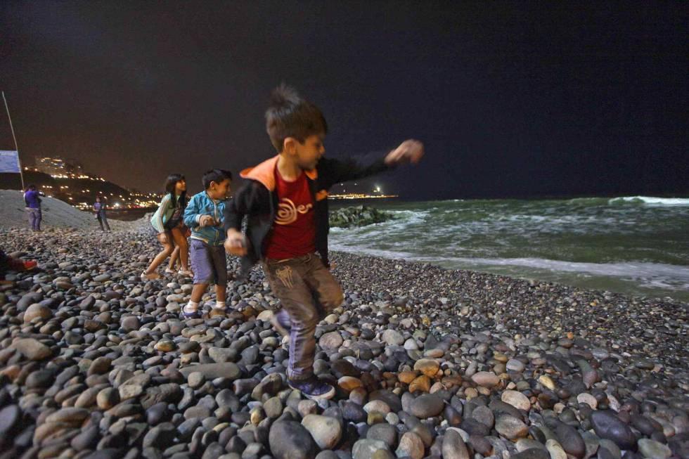 Niños juegan en la playa Pampilla de Perú.
