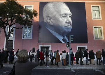 Portugal acompaña en masa a Mário Soares