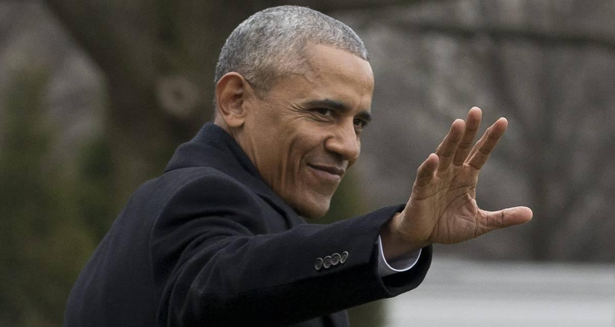 El presidente Obama saluda al abandonar la Casa Blanca de camino a Chicago.