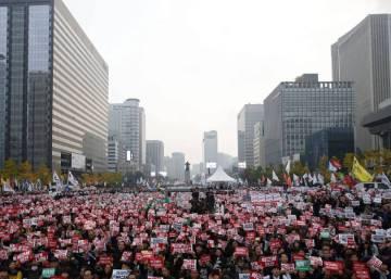 """Seúl se manifiesta contra la presidenta Park y sus """"amistades peligrosas"""""""