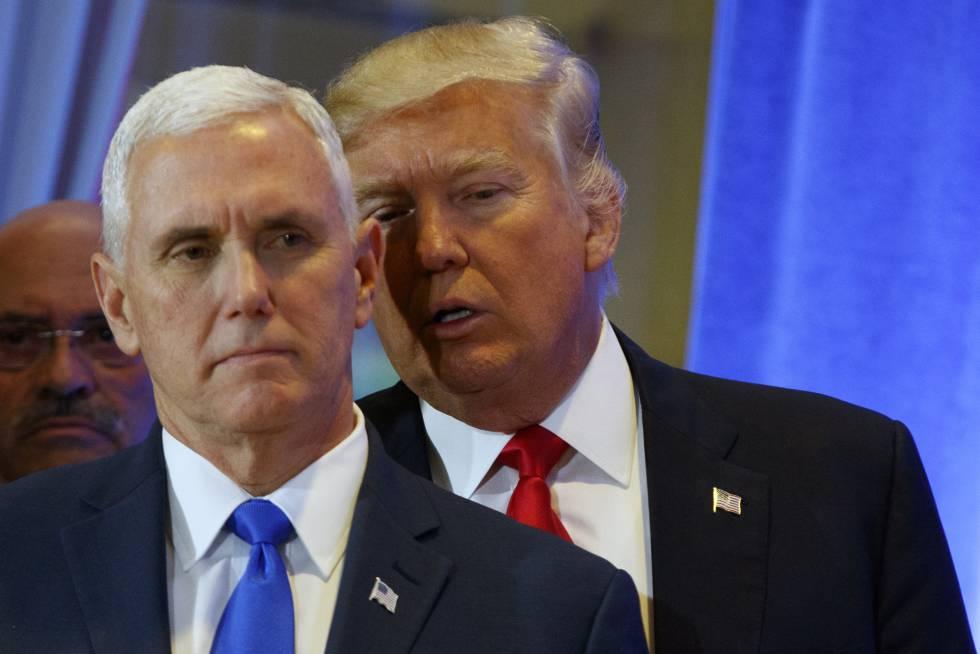 Donald Trump susurra al oído a Mike Pence.