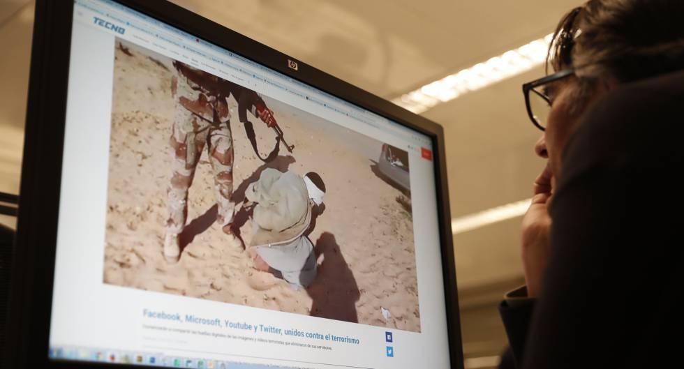 Una persona mira una página web de propaganda del ISIS.