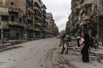 Vecinos del barrio de Kallaseh, en Alepo oriental, regresan a ver cómo han quedado sus hogares tras los combates y cerco de cuatro años