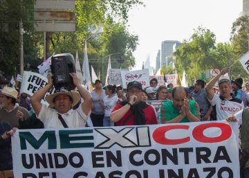 Una (pequeña) multitud marcha de nuevo en México contra el gasolinazo