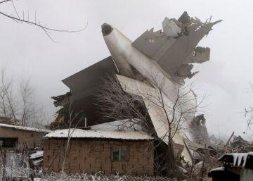 Avião de carga cai sobre casas em Quirguistão e deixa 37 mortos