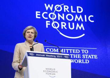 May ratifica en Davos el compromiso de Reino Unido con el comercio mundial