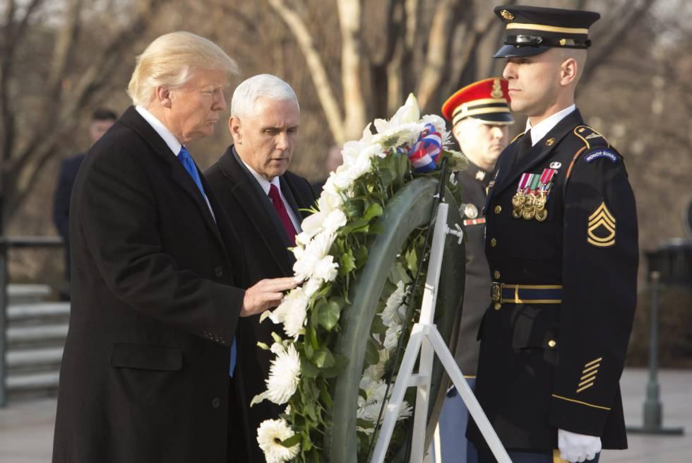 El presidente electo de Estados Unidos, Donald Trump (Izda.), acompañado de su vicepresidente, Mike Pence.