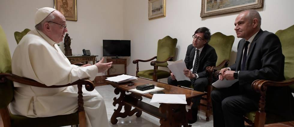 El Papa, durante la entrevista con el director de EL PAÍS, Antonio Caño (derecha), y el corresponsal Pablo Ordaz.