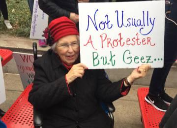 Suzanne Matunis, manifestante de 83 anos.