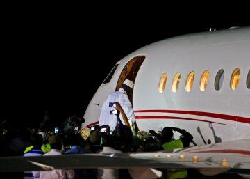 El expresidente de Gambia cede a la presión internacional y se exilia