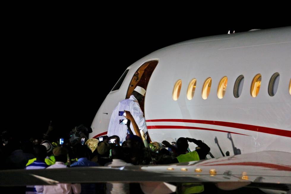 El expresidente Yahya Jammeh toma un avión privado al exilio este sábado.